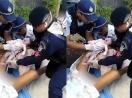 Cảnh sát đỡ đẻ cho bà bầu trên đường thu hút 20 triệu người xem