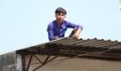 Nhiều giờ giải cứu thanh niên nghi ngáo đá trèo lên mái nhà la hét, cố thủ