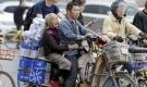 Câu chuyện cảm động về người con đưa mẹ đi làm cùng suốt 7 năm trên chiếc xe đạp điện