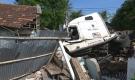 Container đâm sập nhà dân, 3 người bị thương nặng