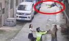 'Đứng tim' với khoảnh khắc cảnh sát và người đi đường dùng chiếu 'hứng' được bé trai lơ lửng trên dây điện rồi rơi xuống