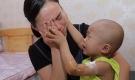 Biết gia đình không đủ tiền chữa, cậu bé ung thư lau nước mắt cho mẹ: 'Mẹ ơi, đừng khóc'