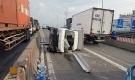 Giải cứu tài xế trong xe tải lật, bốc cháy