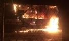 Xe tải bùng cháy trong đêm, nhiều người hoảng sợ