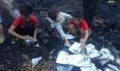 Cháy nhà khi bố mẹ đi chữa bệnh, 3 đứa trẻ bới đống tro tàn tìm sách vở