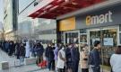 Người Hàn Quốc xếp hàng dài cả trăm mét mua khẩu trang