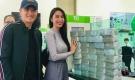 Thủy Tiên Công Vinh khoe ảnh bên chồng tiền cứu trợ, tiết lộ đếm tiền liệt cả tay