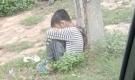 Cha xích cổ con vào cột điện ven đường ở Lạng Sơn