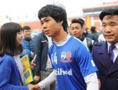 http://xahoi.com.vn/hang-tram-fan-chay-theo-xin-chup-anh-voi-cong-phuong-200095.html