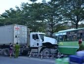 http://xahoi.com.vn/xe-buyt-doi-dau-container-hon-10-nguoi-bi-thuong-249779.html