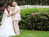 """Cô dâu bị gãy tay ngay trước ngày cưới, chú rể """"lén lút"""" cùng phụ dâu, phụ rể lên kế hoạch bất ngờ"""