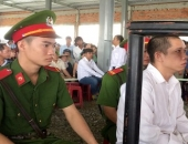 http://xahoi.com.vn/ky-su-cam-sung-cuop-ngan-hang-hau-toa-voi-khung-an-tu-hinh-279006.html