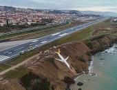 Máy bay chở 162 hành khách treo lơ lửng trên vách đá bên bờ biển
