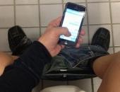 Ngồi nghịch điện thoại 30 phút trong toilet, nam thanh niên bị liệt hoàn toàn