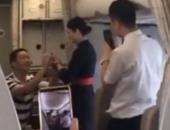 Nữ tiếp viên hàng không mất việc vì màn cầu hôn trên máy bay của bạn trai