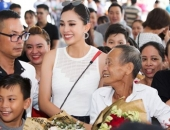 Hoa hậu Trần Tiểu Vy bật khóc trong sự chào đón nồng nhiệt ở quê nhà