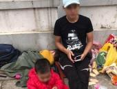 Hình ảnh chồng bế 2 con nhỏ lên Hà Nội, lang thang tìm vợ bỏ nhà ra đi gây xôn xao MXH