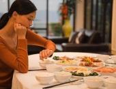 Người phụ nữ bị ung thư dạ dày dù ăn 3 bữa/ngày, thói quen mỗi tối là vấn đề