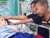 Hai bé trai khóc nghẹn, tận tay sờ mặt mẹ lần cuối: 'Xin mẹ đừng đi!'