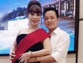 Cô dâu 62 tuổi bất ngờ thi Hoa hậu, còn được chồng trẻ hộ tống đến tận nơi