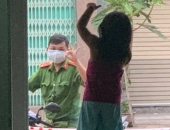 https://xahoi.com.vn/hinh-anh-chien-si-cong-an-vung-tam-dich-da-nang-di-qua-nha-vay-chao-con-gai-qua-khung-cua-kinh-gay-xuc-dong-359423.html