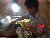 https://xahoi.com.vn/cau-be-mac-ao-dong-phuc-di-ban-bap-luoc-nuoi-ba-tiet-lo-cua-be-khien-tat-ca-lang-nguoi-364267.html