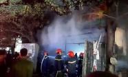 Hàng chục xe nước cứu hỏa dập đám cháy kho hàng tạp hóa bán Tết