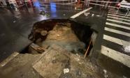 Xuất hiện 'hố tử thần' khổng lồ ngay ngã tư sau cơn mưa lớn ở Sài Gòn