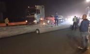 Kinh hoàng xe chở cột điện đứt xích văng xuống cao tốc Pháp Vân - Cầu Giẽ