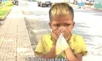 Video rùng mình trẻ em hít keo con chó