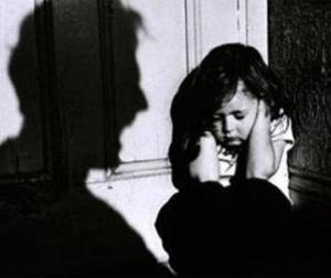 Bé gái 12 tuổi bị hai ông già 'thay nhau' hãm hiếp