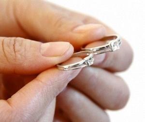 Chết lặng với bí mật ẩn giấu bên trong lòng chiếc nhẫn cưới của vợ