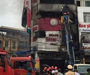 Hà Nội: Khói lửa bao trùm siêu thị điện máy