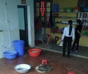 Cô giáo dọa cắm điện, thả bé 4 tuổi vào máy vặt lông gà: Tiện thì dọa