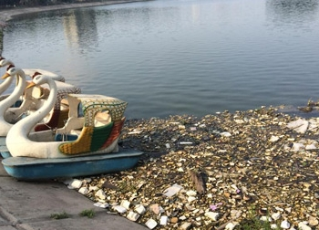 Kinh hoàng rác thải ở lòng hồ hiện đại nhất Thủ đô