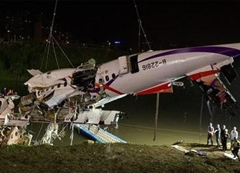 'Máy bay Đài Loan rơi vì phi công tắt nhầm động cơ'