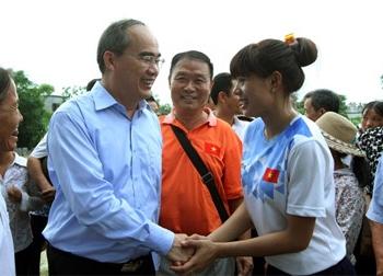 Nguyễn Thị Huyền được nhận sổ tiết kiệm 400 triệu đồng