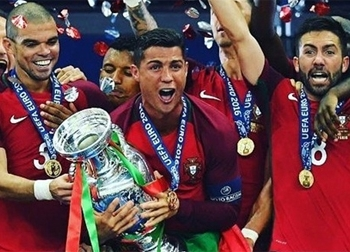 Cristiano Ronaldo được bầu chọn là Cầu thủ xuất sắc nhất châu Âu 2016