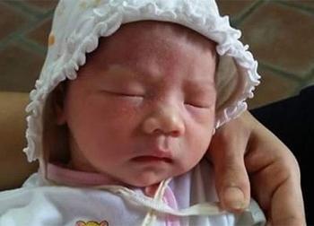 Hà Nội: Một bé gái sơ sinh xinh xắn bị bỏ rơi cùng phong bì chứa mấy trăm ngàn trước sân chùa