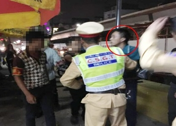 'Ma men' dọa nạt, đạp ngã cảnh sát tại chốt 141