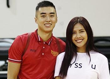 Hoa hậu Nguyễn Thị Loan 'cặp kè' sao bóng rổ Việt Nam