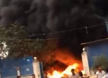 """Hưng Yên: """"Bà hỏa"""" thiêu rụi nhà kho, nhiều người phát hoảng"""