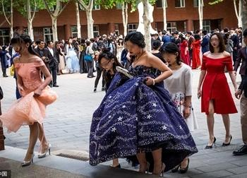Trung Quốc: Lễ trưởng thành của hội học sinh ở trường 'con nhà giàu' Bắc Kinh diễn ra như thế nào?