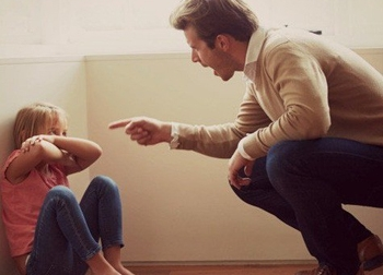 Những câu nói cửa miệng của cha mẹ khiến con bị trầm cảm