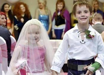 Đám cưới của cặp đôi nhỏ nhất thế giới: Nước mắt đau đớn khi cô dâu - chú rể cười