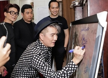 Đàm Vĩnh Hưng ký tên lên tranh: Chủ bức tranh đáng bị lên án đầu tiên