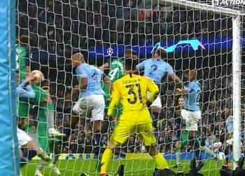 Tottenham vượt qua Man City bằng bàn thắng... bằng tay?