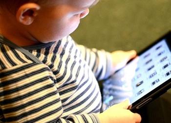 Trẻ 'hỏng' hết dạ dày vì xem điện thoại, ipad nhiều