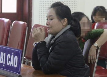Nước mắt ân hận của nữ bị cáo được gặp con gái 7 tuổi tại tòa
