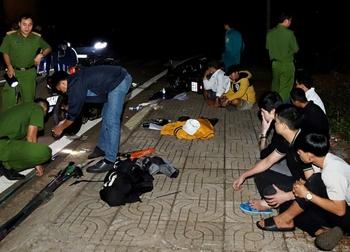 Đang hỗn chiến nhìn thấy công an, hơn 30 thanh thiếu niên bỏ lại xe chạy tán loạn